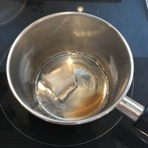 加熱される前の寒天と砂糖と水