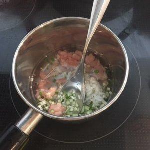 鶏肉と野菜の調理している様子