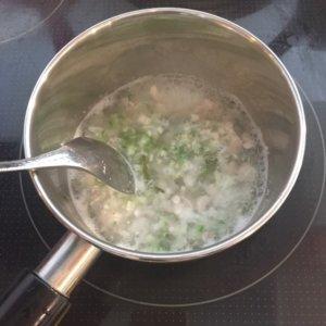 鶏肉と野菜をお鍋で煮ている様子