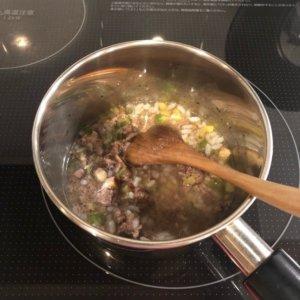 愛犬のご飯を作っている