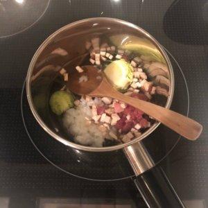 牛肉と芽キャベツのおじやを調理している様子