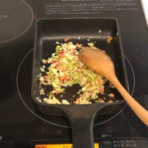お野菜を炒めている