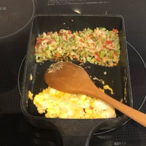 パラパラのスクランブルエッグを作っている