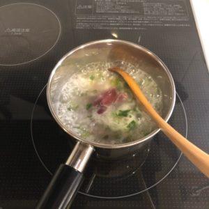 七草粥を作っている様子