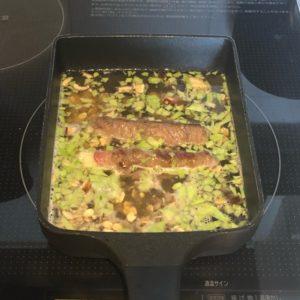 セロリの牛肉巻きを煮ている
